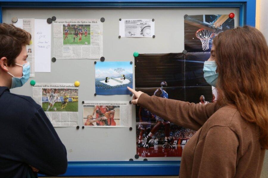 """Sorgt für Erheiterung: Neben """"Freie Presse""""-Artikeln hängt im Schaukasten der Humboldtschule seit Montag eine Uli-Stein-Karikatur."""