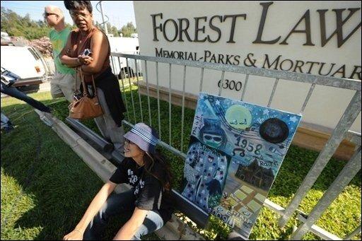 Anderthalb Wochen nach dem plötzlichen Tod von Michael Jackson findet heute in Los Angeles die Beerdigung der Pop-Legende sowie eine Trauerfeier mit tausenden Fans statt. Das Bild zeigt Fans vor dem Forest-Lawn-Friedhof, wo Jackson beigesetzt wird.