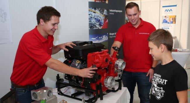 Mit nur zwölf Jahren zeigte John (r.) großes Interesse am Stand der Firma PF Pumpen und Feuerlöschtechnik. Oliver Hoppe (Mitte) und Albrecht Seidler (links) beantworteten die Fragen des Jungen.