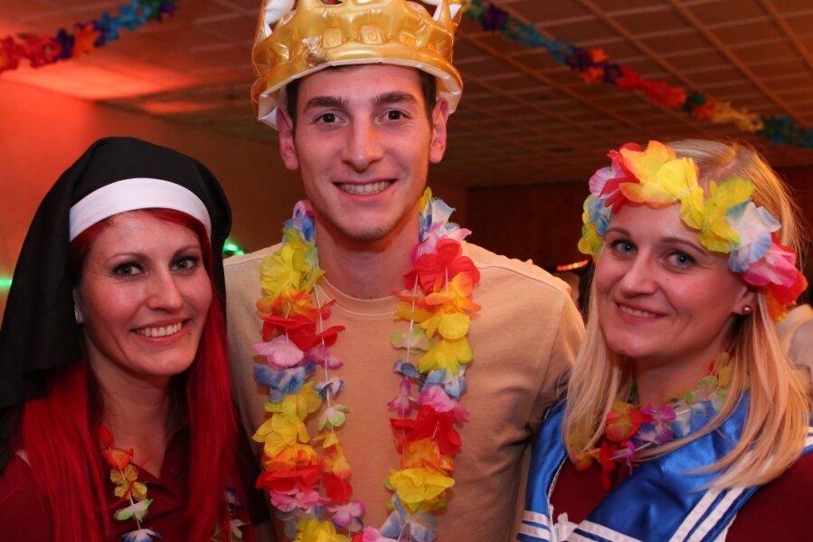 Florian Müller stand als Faschingsprinz in Beierfeld schon fest. Zum Prinzen-Triell gehören zwei weibliche Hoheiten: Heidi Hambeck (links) und Linda Weichenhain. Foto: Katja Lippmann-Wagner