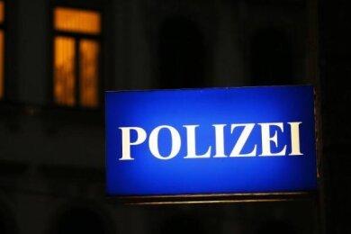 Unbekannte haben zwischen Sonntagnachmittag und Montagvormittag drei Langwaffen aus dem Keller eines Mehrfamilienhauses in Gersdorf gestohlen.
