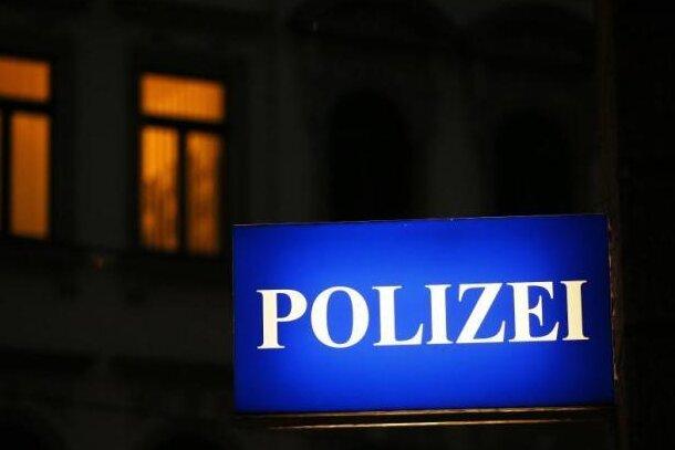 Am Samstagabend feierte in Zwickau eine Gruppe lautstark in einem Hof. Als Polizisten für mehr Ruhe sorgen wollten, gingen zwei Gäste auf sie los und mussten fixiert werden. Vier Personen wurden leicht verletzt.
