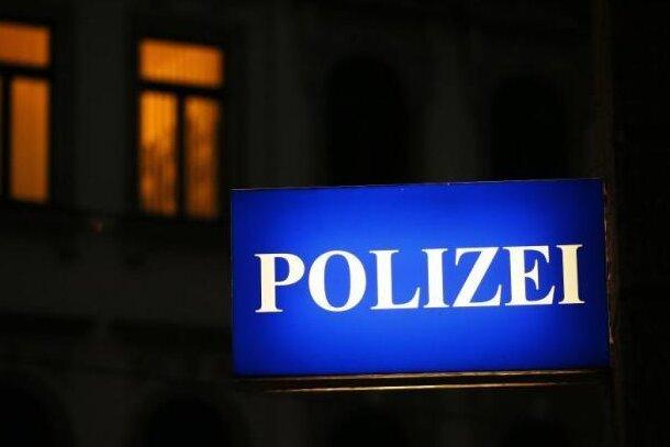 Ein 32-Jähriger ist in der Nacht zu Samstag in Plauen von einem Unbekannten geschlagen worden.
