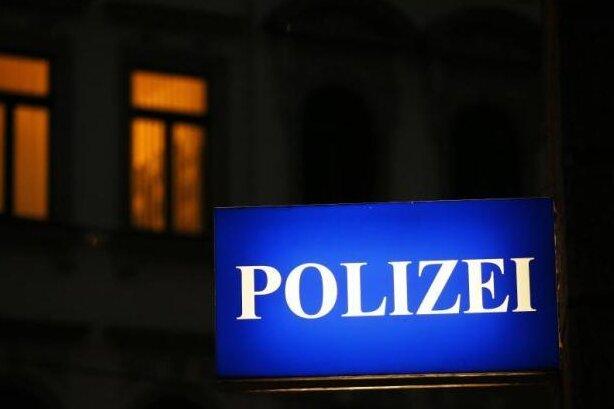 Am Montag gegen 7.30 Uhr haben drei unbekannte Männer einen jungen Mann am Bahnhof in Döbeln beraubt.