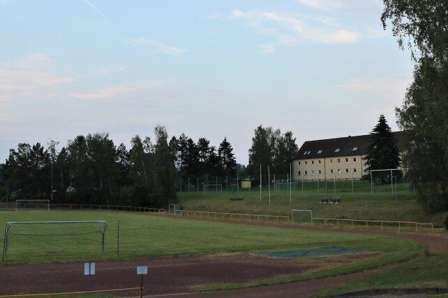 Das Walter-Reichert Stadion in Niederwiesa bekommt zwischen Zuschauerbereich und der Grenze zur Wohnbebauung am Jagdweg neue Bäume.