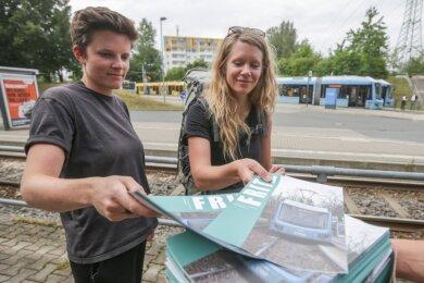 """Künstlerin Irène Mélix (links) und Projektleiterin Hannah Zimmermann haben das Stadtteilmagazin """"Fritz"""" mit entwickelt, in dem auch das Abtauchen des NSU im früheren Heckertgebiet thematisiert wird. Am Donnerstag verteilten die beiden und ihre Mitstreiter die 5000 Hefte in Hutholz."""