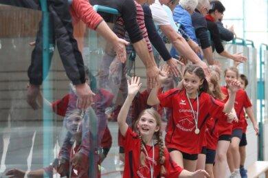 Vor reichlich einem Jahr gab es nach Siegen noch ein Abklatschen - so wie für die Grundschüler aus Stützengrün, die in der Silberlandhalle einen Ausscheid der Risiko-raus-Kampagne gewonnen hatten.