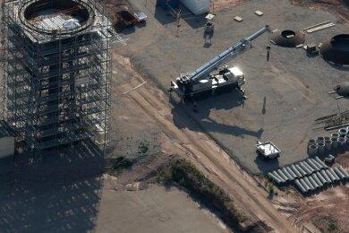 Die Luftaufnahme zeigt, wie der Wasserturm 2017/18 in Einzelteile zerlegt und abgetragen wurde.