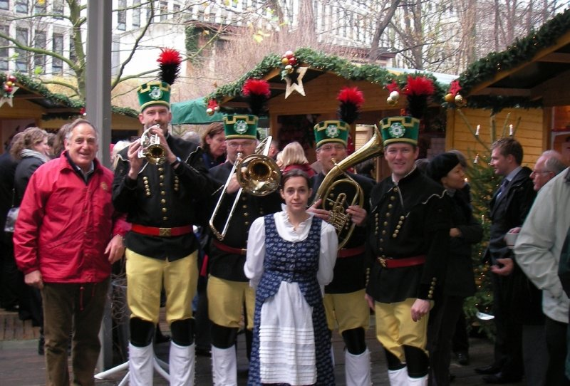 """<p class=""""artikelinhalt"""">An allen vier Tagen, einschließlich des Festakts zur Eröffnung, haben Mitglieder des Erzgebirgsensembles Aue für die Gäste des kleinen Markts in Brüssel erzgebirgische Weisen gesungen und musiziert.</p>"""