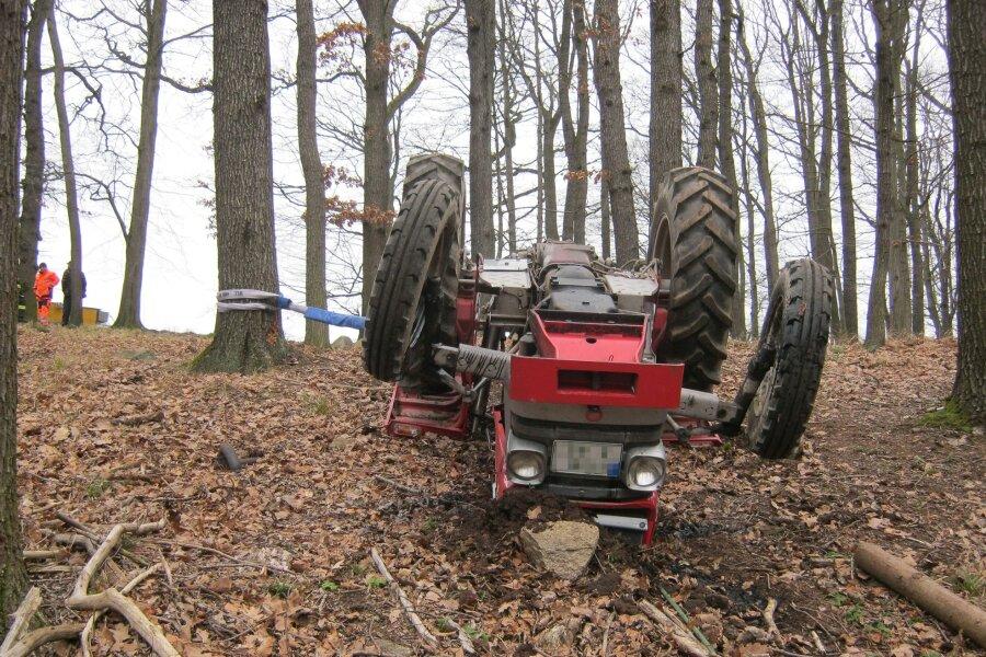 Obergruna: Traktor kippt um - Mann stirbt