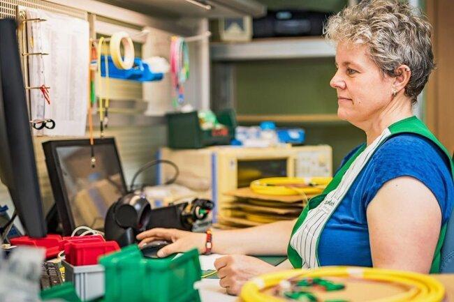 Heike Gundermann arbeitet in der Endkontrolle bei Sachsenkabel.