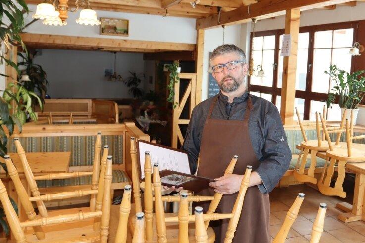 """Juniorchef David Kretzschmar des als """"Fress-Kretzschmar""""bekannten Restaurants in Langenbernsdorf macht sich wie sein Vater vor allem Gedanken über das Personal, das vom Kurzarbeitergeld leben muss."""