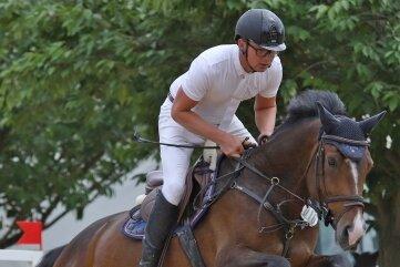Henry Stude vom RFV Langenbernsdorf konnte sich beim Jungpferdeturnier auf dem Zwickauer Paulushof über zwei Podestplatzierungen freuen. Er war mit gleich mehreren Pferden am Start.