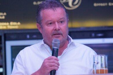 Jürgen Thomas, einer der zehn Gesellschafter des CFC, bei einem Diskussionsabend mit Fans und Vereinsmitgliedern im Chemnitzer Brauclub. In den zurückliegenden Monaten haben die Gesellschafter mit zahlreichen Gesprächsrunden versucht, die Fans von ihren Plänen für die Zukunft der CFC zu überzeugen.