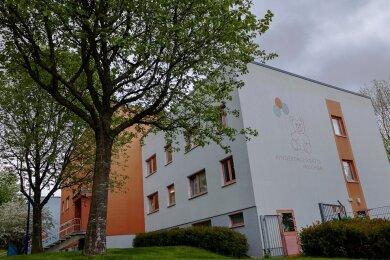 Die Kindertagesstätte Mischka in Auerbach ist die größte von elf Kitas in der Stadt. SPD-Rat Friedrich Fuchs hob hervor, dass mit der Investition das gesamte Neubaugebiet gestärkt werde. Foto: David Rötzschke