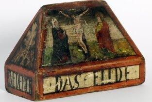 Das Zwickauer Stadtrechtsbuch von 1348 (oben) und der sogenannte Schwurblock aus den Priesterhäu-sern.