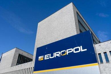Laut Europol hatten Ermittler über 18 Monate lang Telefongespräche und andere Kommunikation der Banden abgehört.