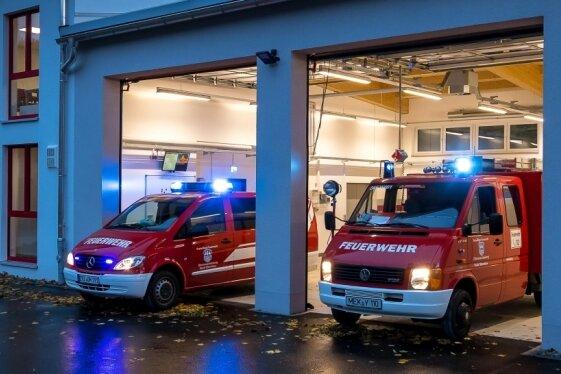 Die Außenansicht des neuen Oberneuschönberger Feuerwehrgerätehauses: links der zweistöckige Trakt mit Umkleide-, Sozial- und Ausbildungsräumen, rechts die Fahrzeughalle. In ihr finden ein Mannschaftstransportwagen (linkes Fahrzeug) sowie ein Tragkraftspritzenfahrzeug Platz.
