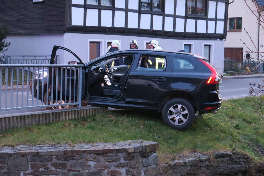 Offene Fahrertür verhindert Bach-Landung eines Volvo