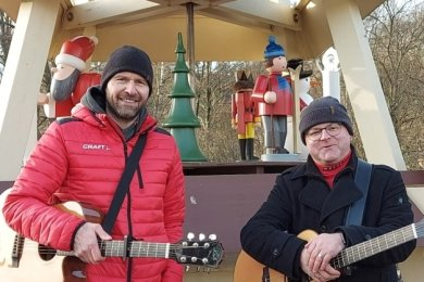 Undine Weise filmte auch Torsten Reichelt und Markus Herrmann beim Pyramidenanschieben in Neuhausen.