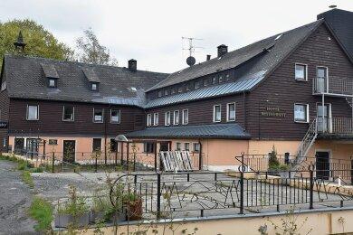 Vom Hotel zum Problemfall: Das Waldgut am Aschberg ist ein Haus mit Tradition. Um 1630 als kleiner Herrschaftssitz Obersachsenberg gegründet, wurde es 1893 als Gastwirtschaft erwähnt. 1934 erfolgte der Umbau zum heutigenHotel. Nun steht das Gebäude auf der Liste der Klingenthaler Brachen.