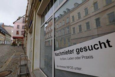Symptomatisch für die Weinkellerstraße: Das ehemalige Schuhgeschäft Winkler steht seit April 2021 leer. Nachmieter? Fehlanzeige.