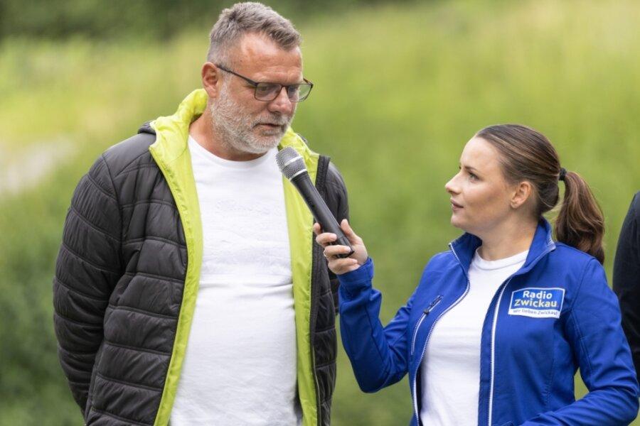 Mit dem Wechsel vom HC Rödertal zum BSV Sachsen Zwickau betritt Torwarttrainer Marko Rösike (links) - im Foto gemeinsam mit Anett Wölfel bei der offiziellen Vorstellung zur Saisoneröffnung - nur wenig Neuland. Tochter Isa-Sophia spielt bereits seit vier Jahren im Verein. Zudem hat Rösike eine gemeinsame sportliche Vergangenheit mit dem Trainerduo Norman Rentsch und Dietmar Schmidt.