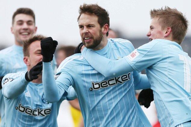 Torschütze Marc Endres mittendrin im Jubel über seinen Treffer zum 1:0 gegen Fortuna Köln mit Fabian Stenzel (l.) und Dan-Patrick Poggenberg. Hinten links: Timo Cecen.