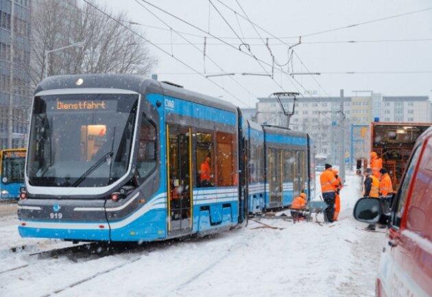 In Höhe des Kinos Metropol rutschte am 9. Februar eine Straßenbahn aus den Gleisen. Noch immer stehen bei mehreren Straßenbahnen Reparaturen der Winterschäden an.