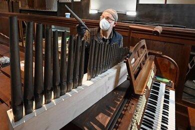 Bevor die Orgel restauriert werden kann, musste sie Orgelbauer Ekkehart Groß auseinandernehmen. Im November soll das Instrument wieder in der St.-Joseph-Kirche auf dem Sonnenberg erklingen.
