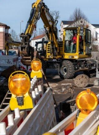 Die B 107 ist seit Donnerstag auf Höhe des Bürgerhaus gesperrt. Mitarbeiter der Bauunternehmung Jung arbeiten hier an einem Kanal.