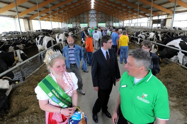 """<p class=""""artikelinhalt"""">Sachsens Milchkönigin Maria Lenk und Jens Hoffmann, Chef des Wirtschaftshofes, zeigen den Gästen die Milchviehanlage in Bräunsdorf.</p>"""