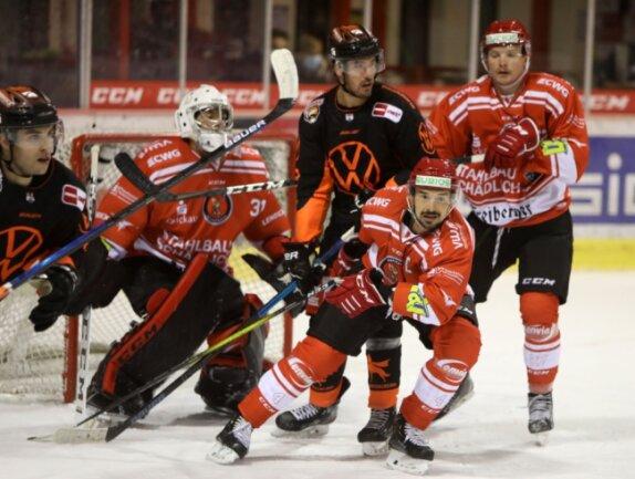 Felix Thomas (vorn) führte die Eispiraten Crimmitschau in den ersten beiden Vorbereitungsspielen am Wochenende als Kapitän auf das Eis.