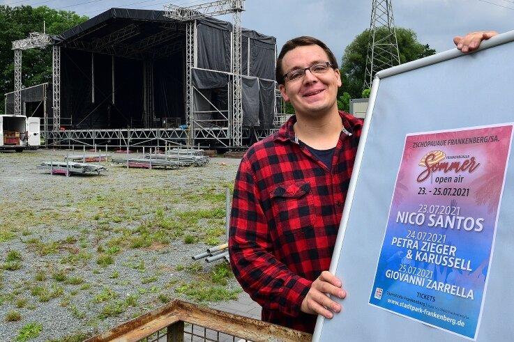 Der aus Frankenberg stammende Fabian Reinhold wird beim Sommer-Open-Air bei der Tontechnik helfen. Hinter ihm ist schon die große Bühne aufgebaut. Die Künstler blicken von dort in Richtung Chemnitz.