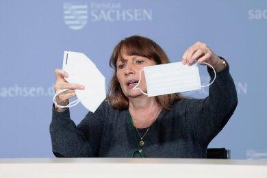 Erlaubte Masken: Sozialministerin Petra Köpping (SPD) zeigt zwei Exemplare bei der Vorstellung der neuen Corona-Verordnung.