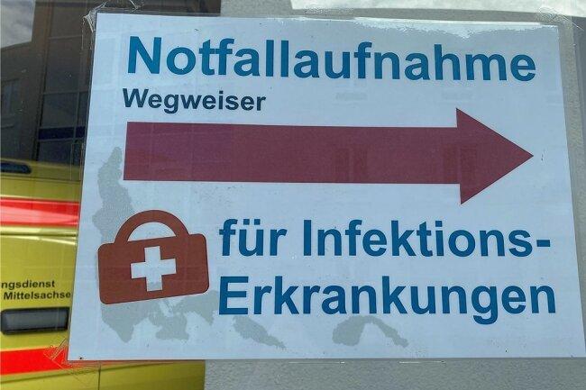 Schilder weisen den Weg zur Testambulanz im Kreiskrankenhaus Freiberg.