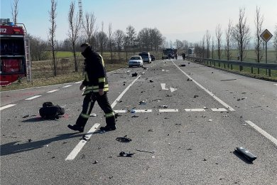 Bei einem schweren Unfall auf der Freitagstraße ist ein Autofahrer ums Leben gekommen.