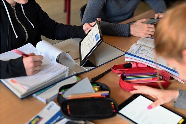 In Baden-Württemberg gibt es sie bereits: In Karlsruhe arbeiten Zehntklässler mit Tablets an der Ernst-Reuter-Schule - eine Gemeinschaftsschule.