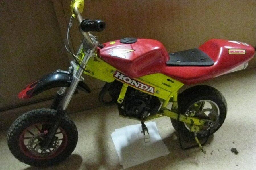 Die Polizei bittet um Hinweise: Wer kennt das gelb-rote Pocketbike mit Aufklebern der Marke Honda und kann Angaben zur Herkunft oder zum Besitzer machen?