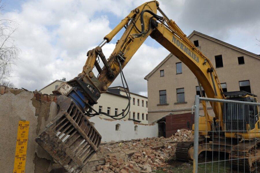 Abrissbagger lässt Volkshaus-Ruine aus Ortsbild verschwinden