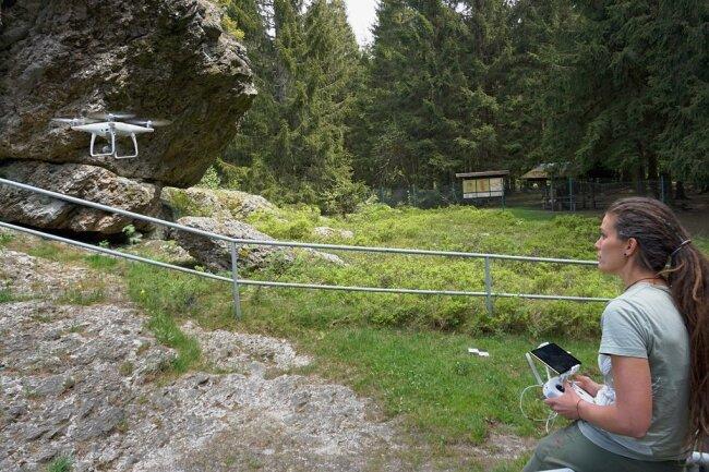 Für ein 3D-Projekt nimmt Valeska Decker von der Uni Bonn mit ihrer Drohne den Schneckenstein in allen Einzelheiten auf.
