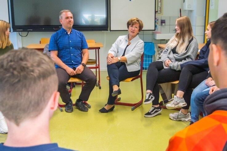 Zu den Zeitzeugen, die am Montag in der Oberschule Burkhardtsdorf zu Gast waren, gehörte auch Uta Windisch (Bildmitte).