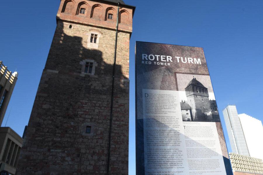 Informativ, aber nicht ganz richtig: die Stele am Turm.