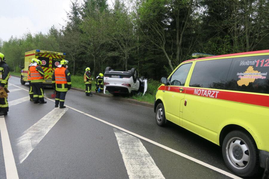 Ein Opel hat sich überschlagen.