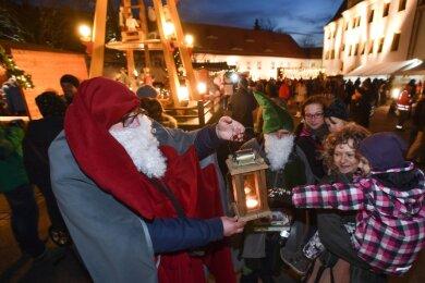 Der Weihnachtsmarkt in der Limbach-Oberfrohnaer Kernstadt fand 2019 erstmals im Rathaushof statt. Am Standort will die Kommune festhalten. Wegen der Coronapandemie ändern sich aber die Rahmenbedingungen. Die Buden werden wahrscheinlich weiter voneinander entfernt stehen.