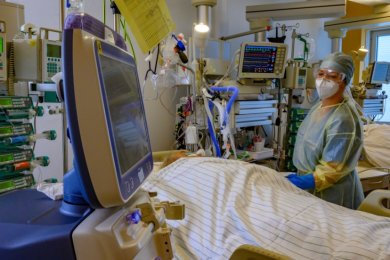 Für die Pflege schwer an Covid-19 erkrankter Patienten wird besonders viel Personal benötigt. Dieses Foto entstand beispielhaft im Chemnitzer Klinikum.