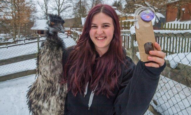 Josephine Nöbel mit Emu Curly, dessen Federn als Glücksbringer im Online-Shop des Auer Tierparks zu haben sind.