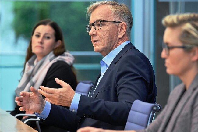 Die Linken-Vorsitzenden Janine Wissler (links) und Susanne Hennig-Wellsow sowie Fraktionschef Dietmar Bartsch versuchen in einer Pressekonferenz erste Erklärungen dafür zu liefern, dass die Partei bei der Bundestagswahl so schlecht abgeschnitten hat.