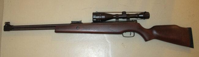 Auch dieses Gasdruckgewehr mit Zielfernrohr fanden die Polizisten in der Wohnung des Verdächtigen.