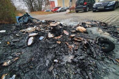Die Mülltonnen brannten zum Teil komplett nieder.